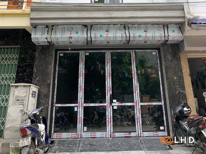 Thi công cửa mở bốn cánh tại Long Biên, Hà Nội