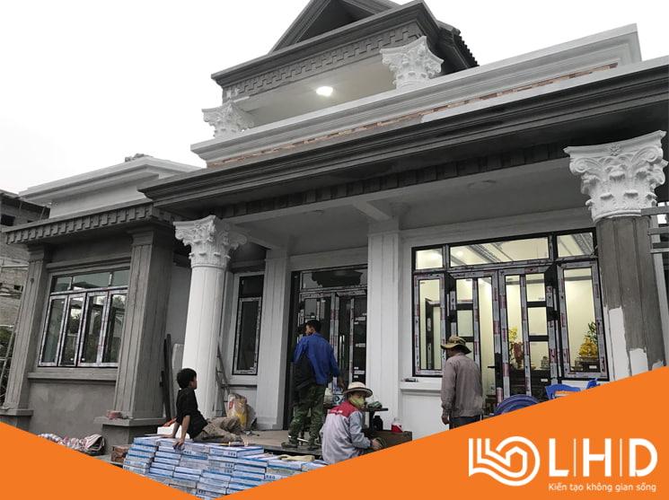 Thi công tại Lào Cai - sử dụng cửa đi mở quay màu nâu cafe kính 8.38