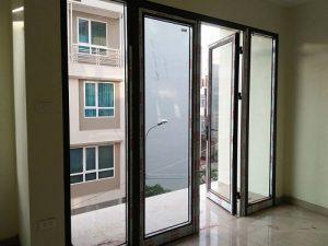 cửa đi mở quay 2 cánh kết hợp vách 2 bên
