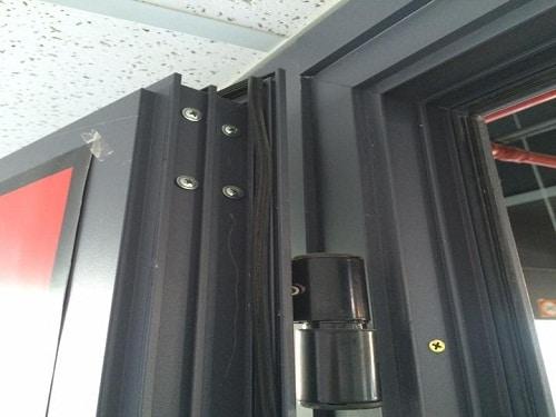 kết nối các phụ kiện và nhôm XIngfa để tạo cửa nhôm Xingfa