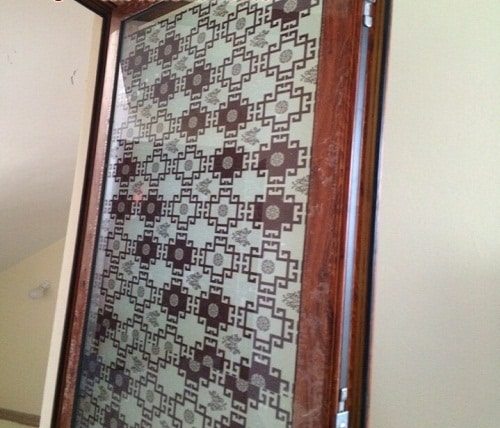 cửa nhôm vân gỗ kết hợp kính hoa văn trang trí