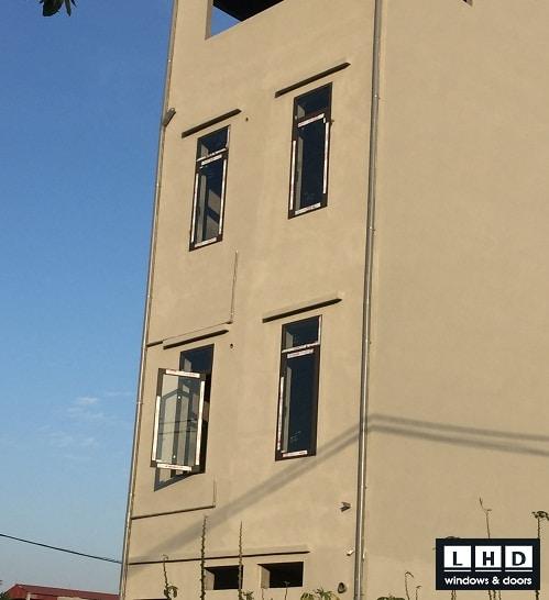 cửa nhôm xingfa nâu cafe anh ninh bắc ninh cửa sổ mở quay