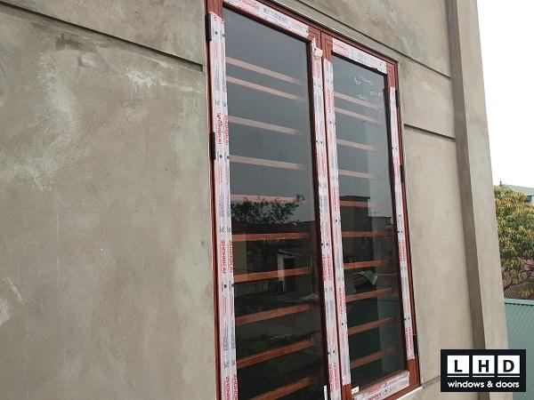 cửa sổ mở quay 2 cánh vân gỗ tại đại áng
