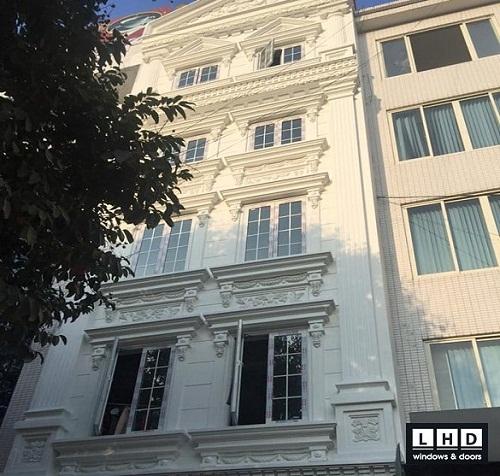 cửa sổ mở quay màu trắng kết hợp nan trang trí tại nguyễn khánh toàn