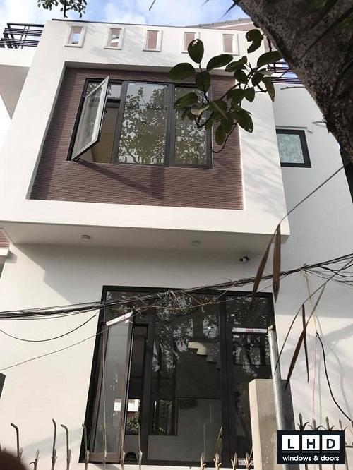 cửa nhôm Xingfa mở quay kết hợp kính nâu cafe