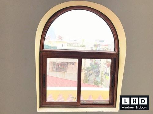 cửa sổ nhôm vân gỗ uốn vòm