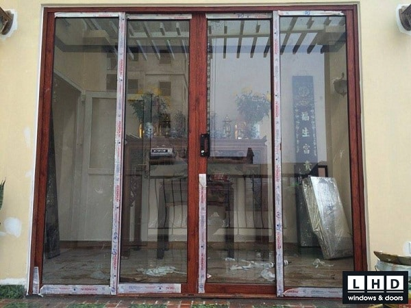 cửa đi mở lùa 4 cánh màu vân gỗ nhôm zhongkai