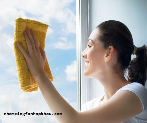 hướng dẫn vệ sinh cửa nhôm kính đơn giản hiệu quả