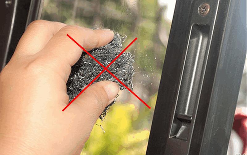không sử dụng vật liệu kim loại để vệ sinh cửa nhôm xingfa