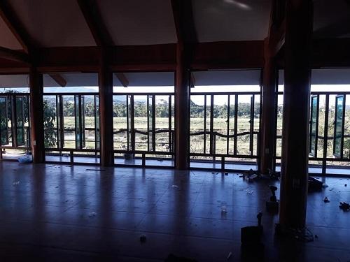 mẫu cửa nhôm koia vân gỗ sần gần 100 cánh cửa sổ
