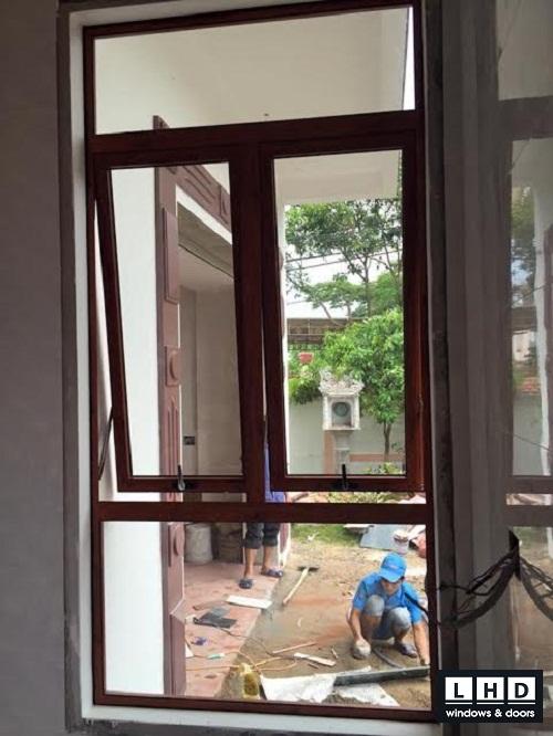 mẫu cửa sổ mở hất màu vân gỗ mới
